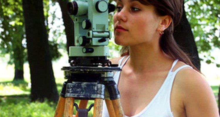 Los topógrafos utilizan una amplia variedad de herramientas para delimitar terrenos.