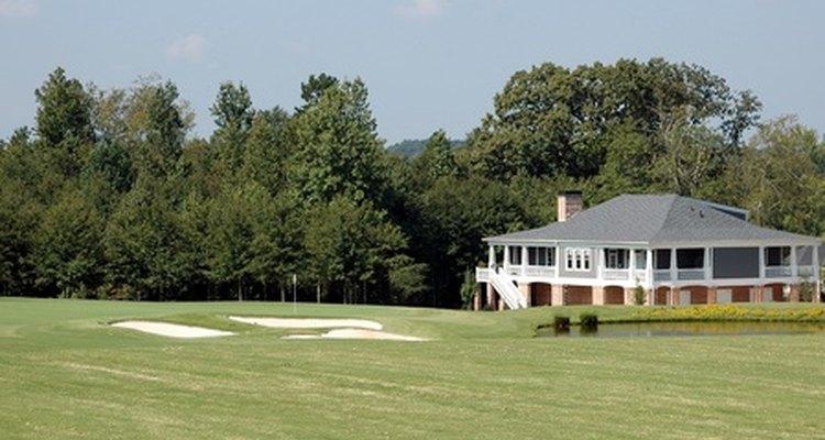 Las canchas de golf a menudo están permitidas en zonas residenciales de baja densidad.