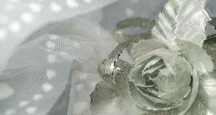 El tul se encuentra disponible en una variedad de colores brillantes en tiendas de telas.