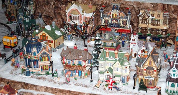 Puedes utilizar figuras pequeñas y luces de colores para darle vida a tu villa navideña.