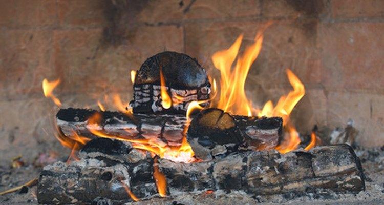 Uma fogueira quente e confortável é perfeita para uma noite fria de inverno
