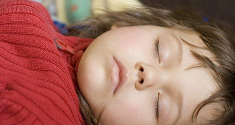 Crianças correm o risco de sofrerem sufocamento se dormirem com itens macios e peludos