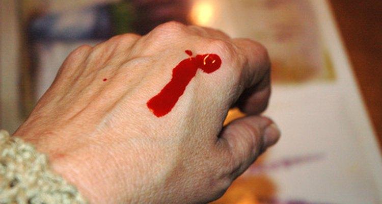 Sangue falso escorrendo para fora da facada fará com que tudo pareça mais real