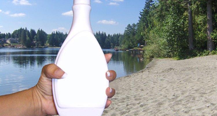 Use uma loção com hidroxiácido para remover a pele bronzeada