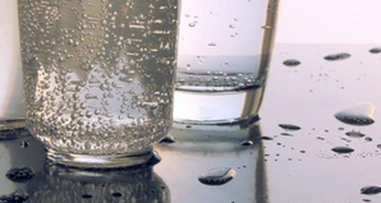 A reação entre o vinagre e calcário produz bolhas de dióxido de carbono.