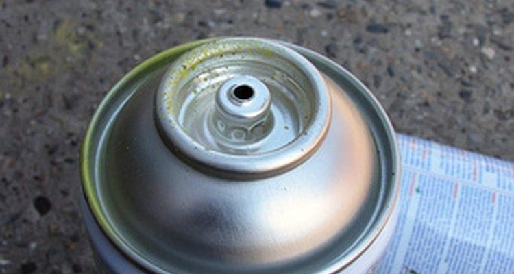 Un diluyente de pintura puede quitar la pintura de aerosol a base de aceite.