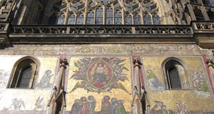 Las características góticas en los muebles fueron influidas por la construcción de edificios en el siglo XII.