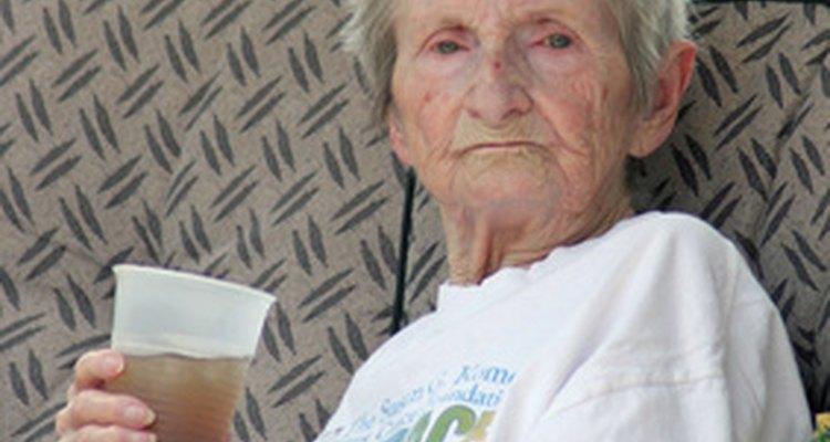 Los ancianos en ocasiones requiren de acompañantes. que no necesariamente tienen formación médica.