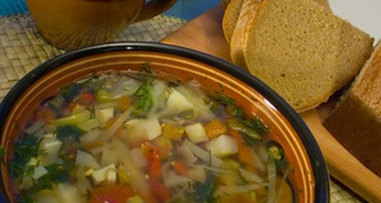 Existem algumas técnicas diferentes para remover o sal da sopa