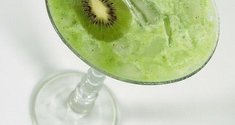 Preparar bebidas es una de las tantas habilidades que aprenderás en las escuelas de coctelería..