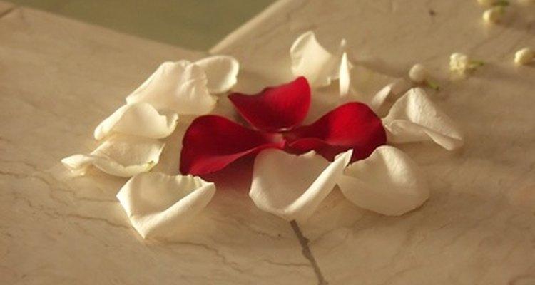 Tirar pétalos de rosas antes de que la novia salga, simboliza un futuro prometedor.