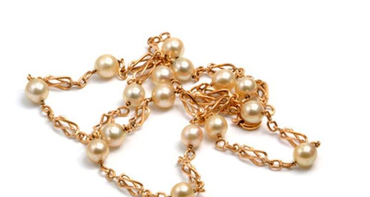 Jóias de ouro são normalmente gravadas com diferentes medidas que indicam a pureza desse metal precioso