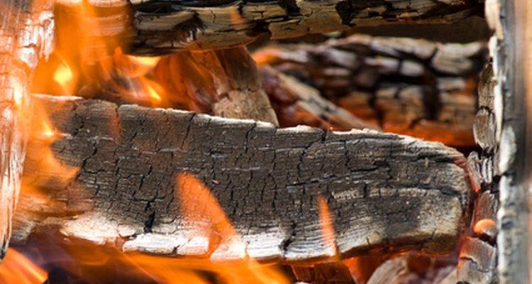 Escolha o tipo de madeira correta e monte sua fogueira com cuidado