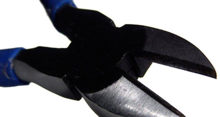 Com um alicate, corte a malha de aço para fixar nos lados da gaiola