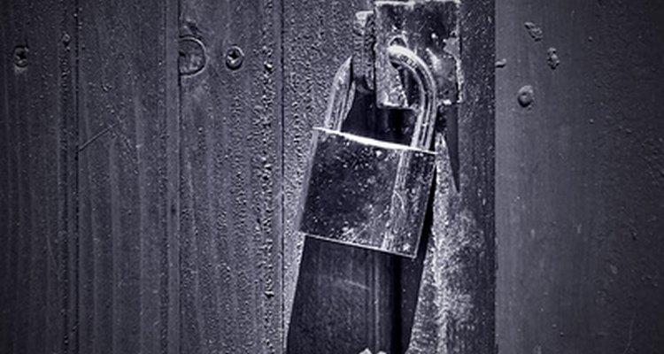 Um cadeado trancando uma porta
