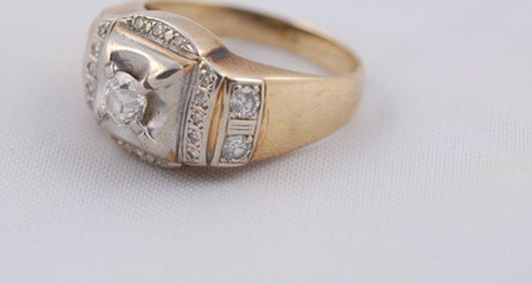 El anillo de compromiso de diamantes primero se recibió en 1477.