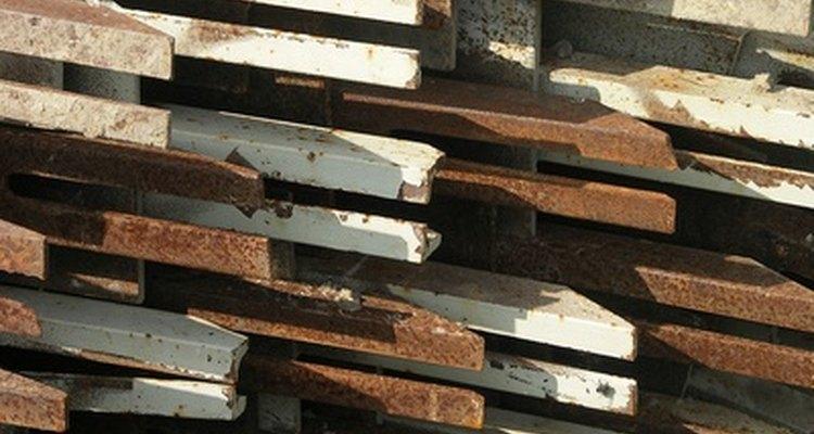 As barras de ferro podem acumular ferrugem e sujeira, necessitando de limpeza