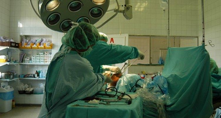 A cirurgia muitas vezes é requerida se a fístula anal não se cura sozinha