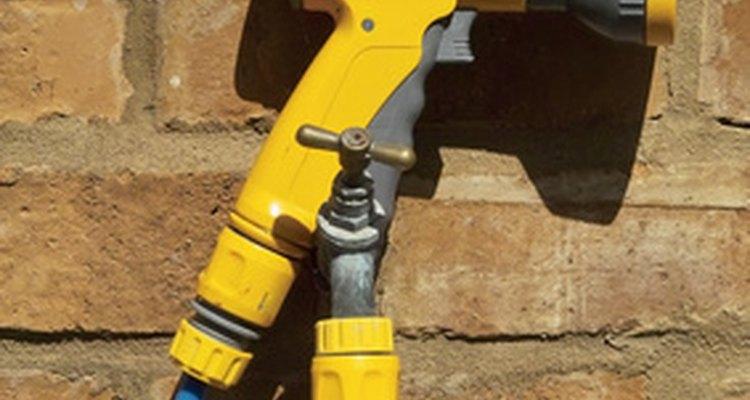 Una manguera de jardín se utiliza con una manguera de aire de agua a presión.