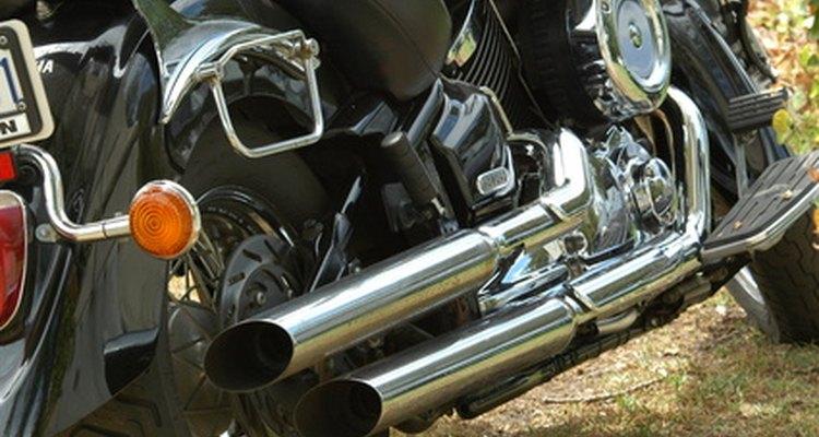 A borracha das botas pode deixar marcas de queimado no escapamento da moto