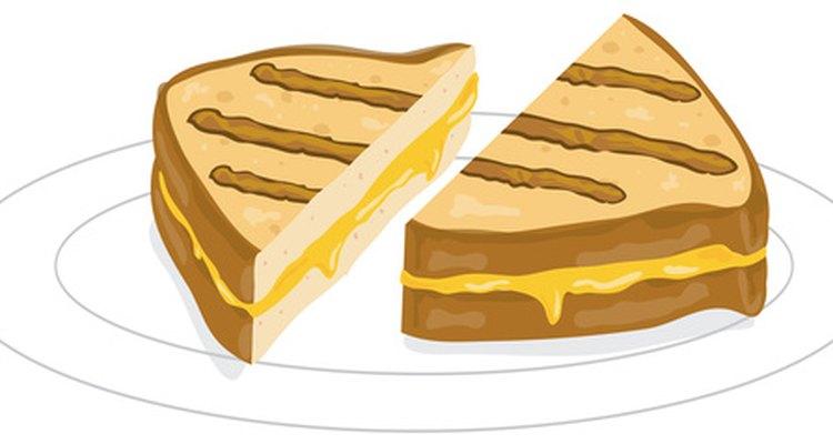 Faça um sanduíche de queijo grelhado verdadeiro com uma churrasqueira elétrica interna