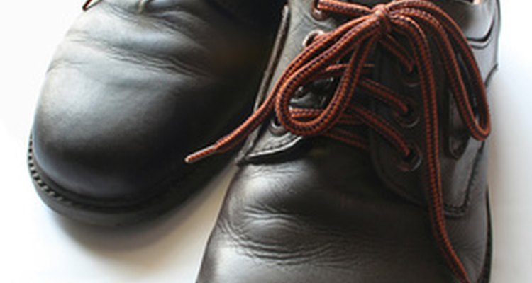 Remove stains from leather shoes with white vinegar.