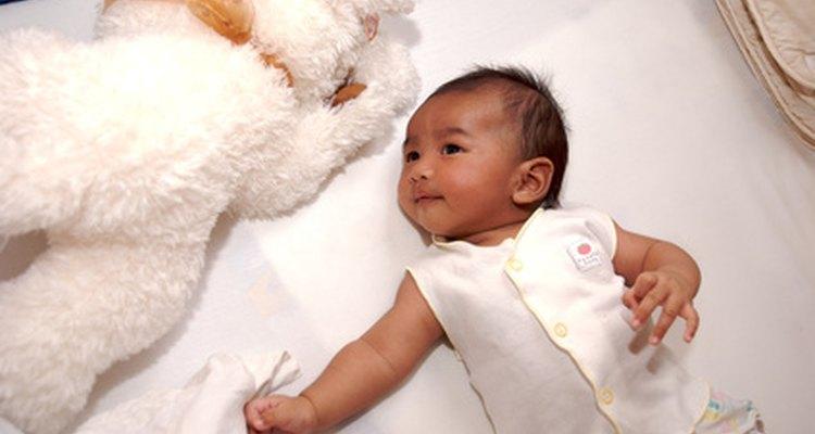 A maioria dos novos bebês passam uma grande parte do tempo dormindo e brincando em berços