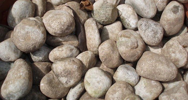 A lona pode evitar que ervas daninhas cresçam entre as pedras do jardim