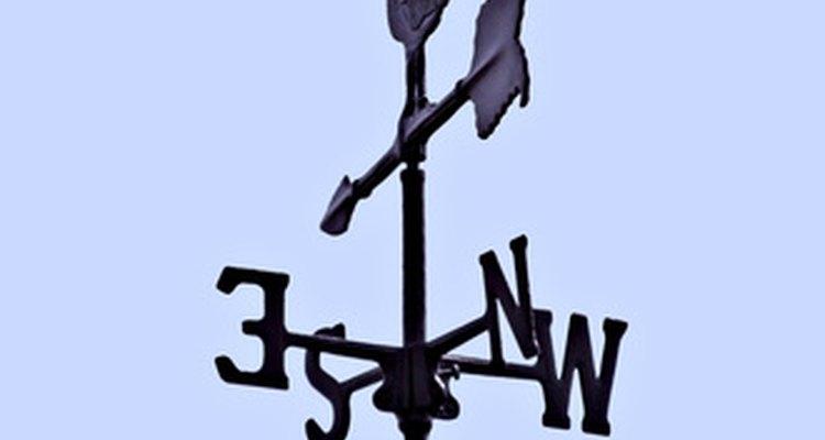 Um cata-vento tradicional inclui um galo ou uma superfície plana em outro formato qualquer