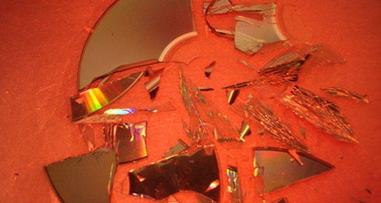 Los trozos de CD rotos hacen una mesa de mosaicos interesante.