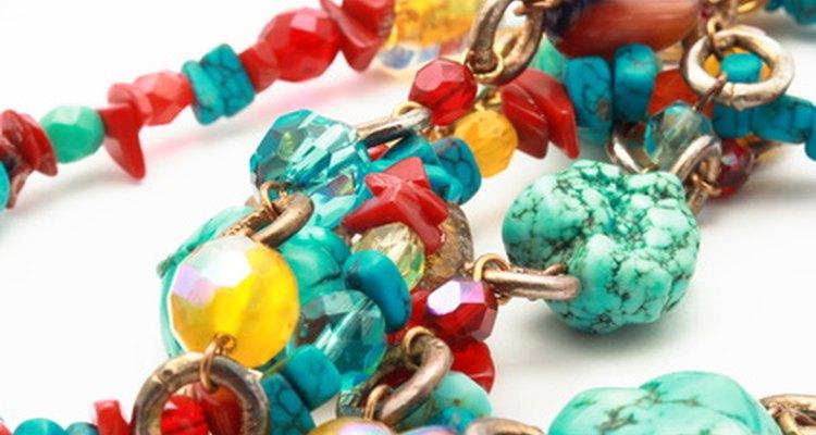 O plástico era a grande moda nas bijuterias retrô