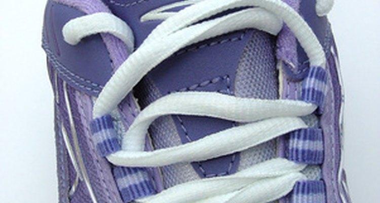 Uma maneira de evitar que a tintura do jeans passe para o sapato é comprar tênis azuis
