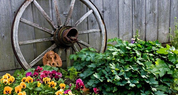 Las ruedas de carreta se pueden utilizar como adornos de jardín.