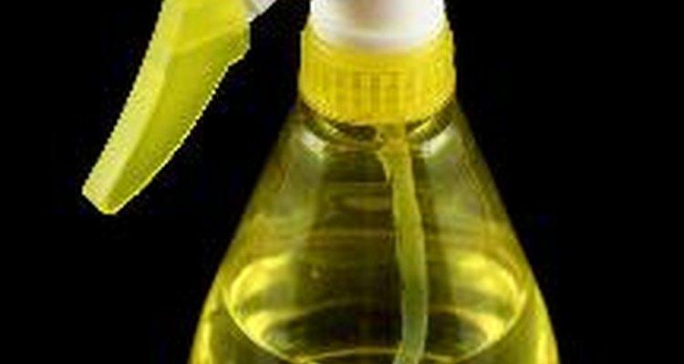 Cómo hacer un desinfectante en aerosol casero para utilizar en superficies.