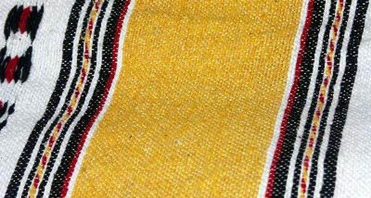 Coloca una manta de lana de color rojo o negro sobre un hombro.