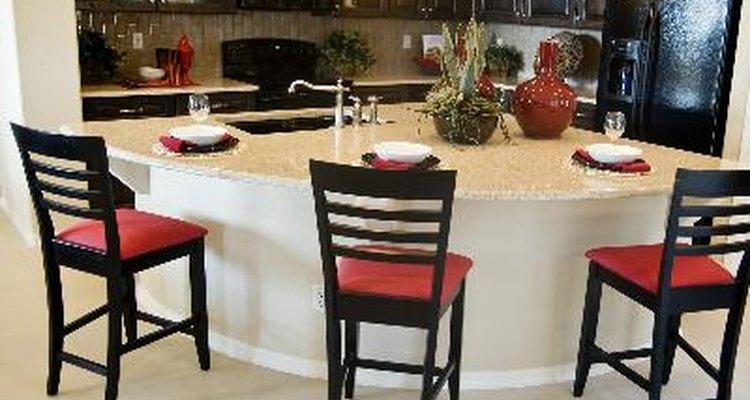 Una isla central grande es colocada en el centro de la cocina e incluye un número de opciones de diseño.