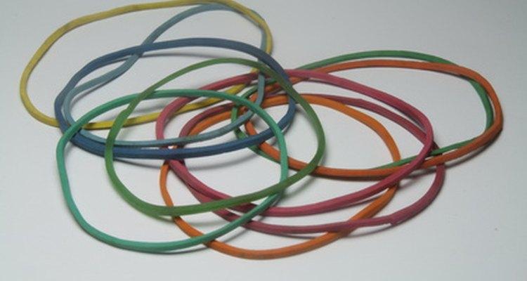 Os elásticos de borracha vêm em uma variedade de cores e tamanhos
