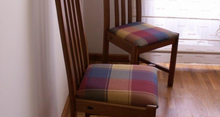 Sillas de madera del comedor tapizadas.