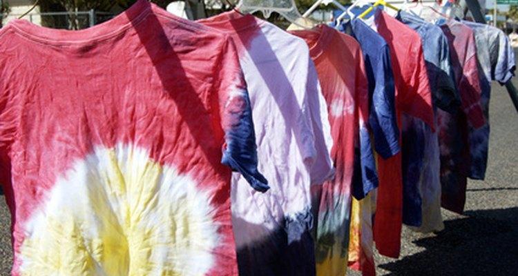Camisetas tingidas com a técnica tie dye devem ser lavadas da maneira adequada