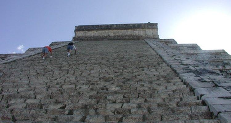 Pirâmides de Degraus contém um número de designs geométricos incluindo retângulos e ângulos distintos.