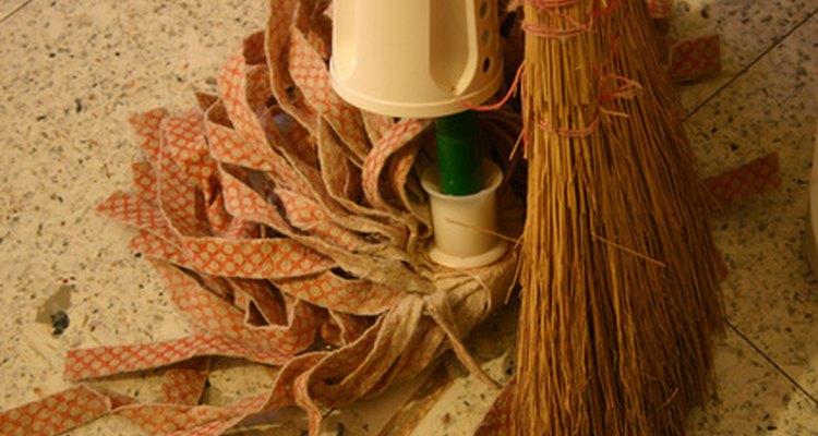 Guarda los elementos de limpieza en un cubro para mantenerlos organizados y poder trasladarlos.