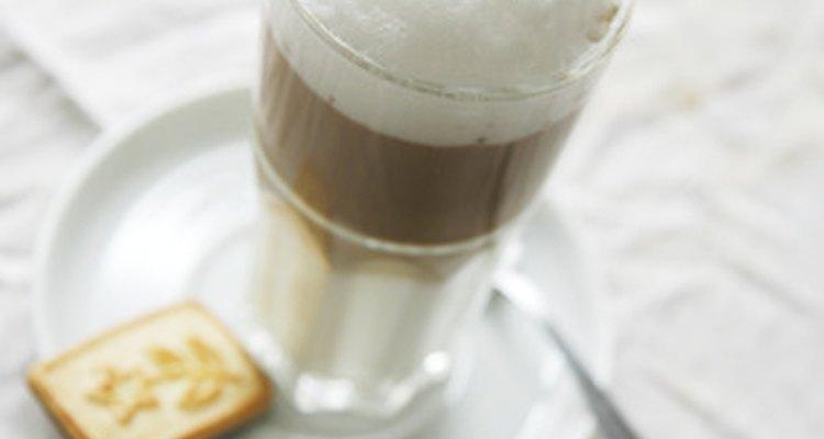 Como te puedes imaginar un chai latte que es rematado con leche descremada hirviendo engorda menos que uno rematado con crema batida.