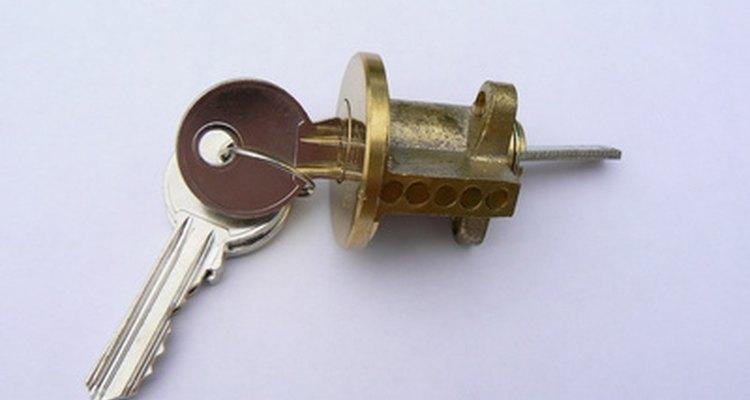 Insira a parte achatada do clip na fechadura logo acima da chave de fenda.