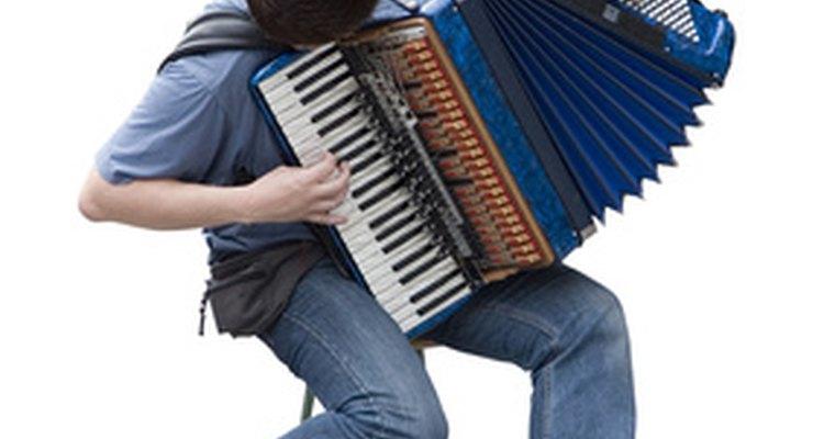 Após anos de uso, o fole do acordeon pode precisar de consertos