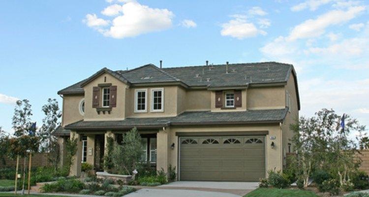 Si el exterior de tu casa está arruinado con defectos sutiles, elige una pintura mate.