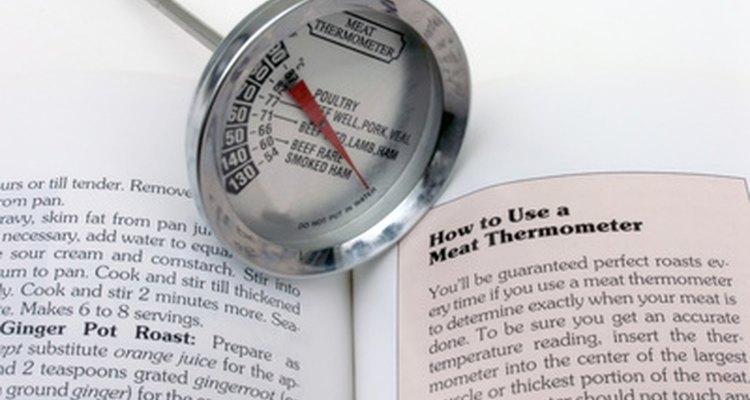 Um termômetro de carne é uma ferramenta útil ao assar cortes de carne