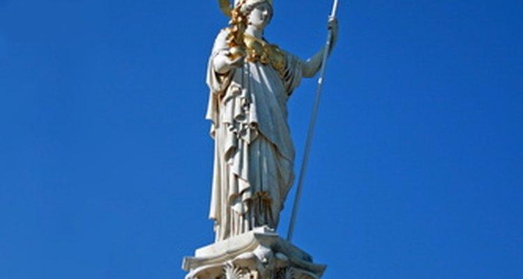 Atenea lleva un búho y una lanza en sus manos.