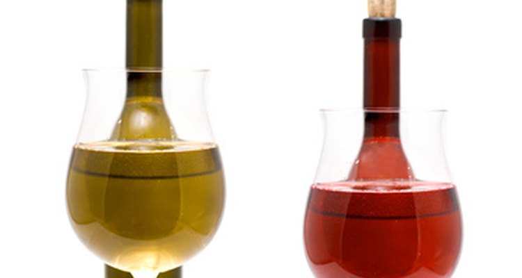 Dos tipos de vino son el tinto y el blanco.