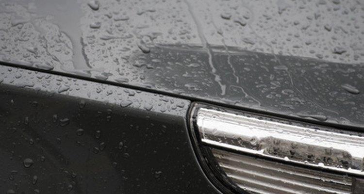 Remova manchas de água em um carro com vinagre branco