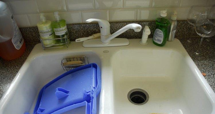 Aprende a instalar tubos de drenaje en tu fregadero.